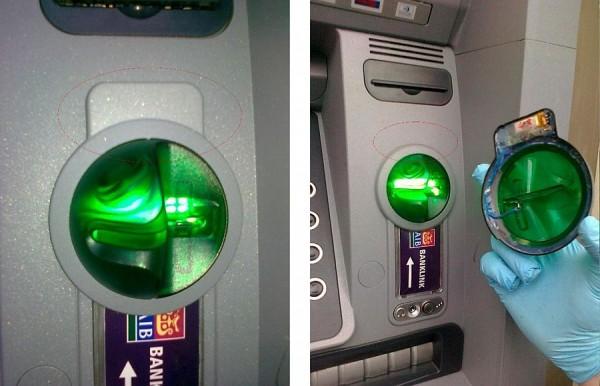 Typowy skimmer -- nakładka na slot bankomatu